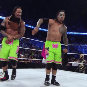 The usos celebrando luego de vencer a Cody Rhodes y Goldust en SmackDown del 16 de Mayo de 2014