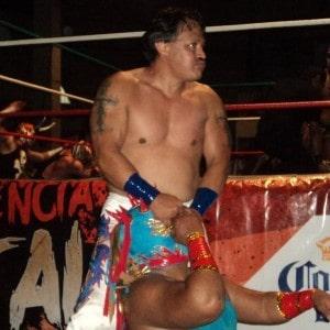 Loco Max ataca a Poseidón en el duelo de apuestas en la Arena Xalapa.