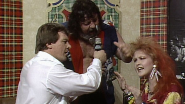 """El Capitán Lou Albano siendo entrevistado junto a Cyndi Louper por """"Rowdy"""" Roddy Piper / El Capitán Lou Albano siendo entrevistado junto a Cyndi Louper por """"Rowdy"""" Roddy Piper / © WWE"""