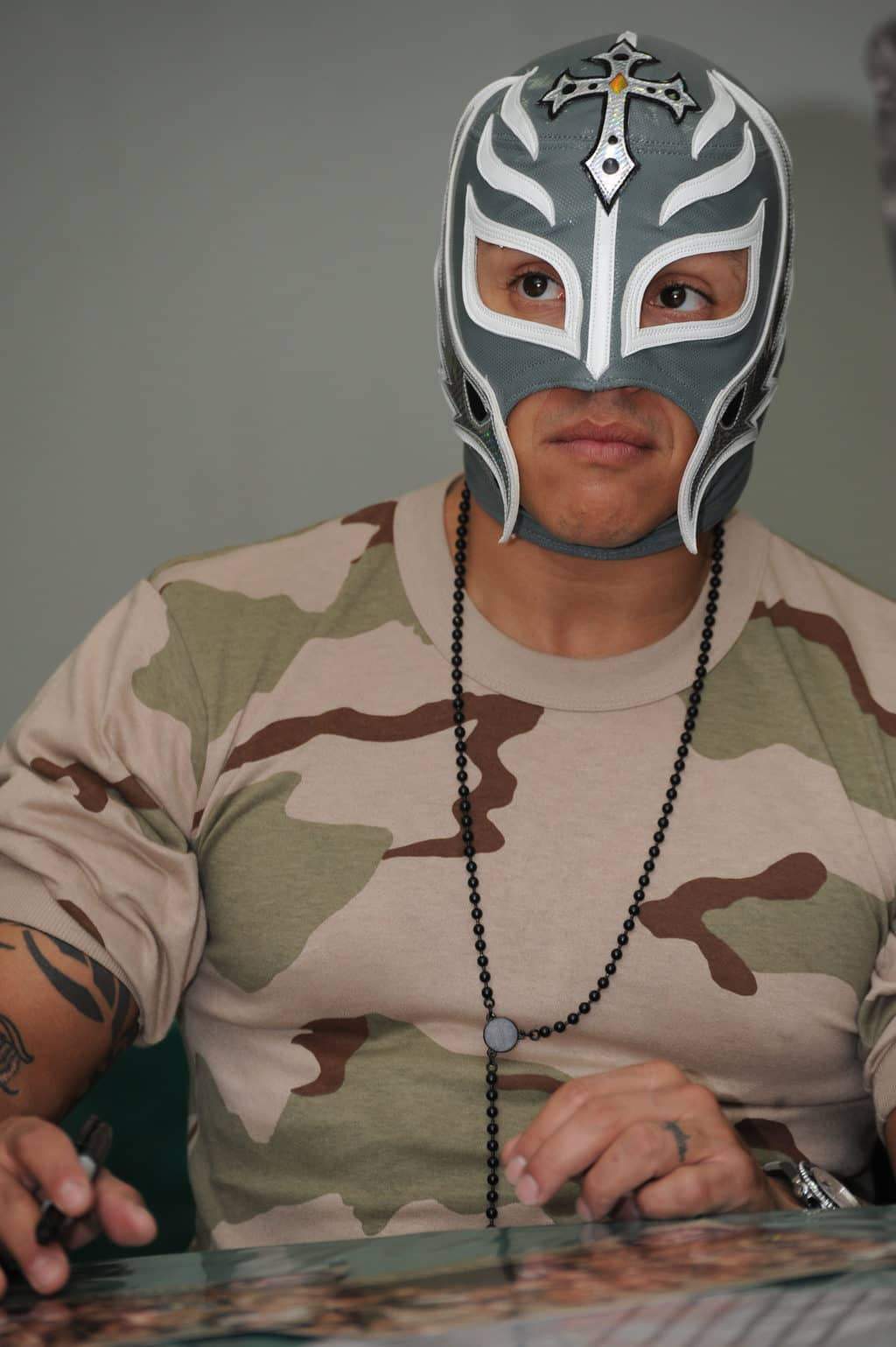 Rey Mysterio firmando autografos en Baghdad, Iraq / Photo by Staff Sgt. James Selesnick - Creative Commons License