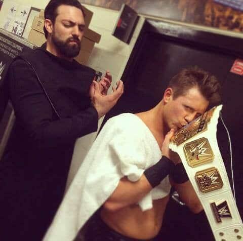 The Miz observa el Campeonato Intercontinental acompañado de Damien Sandow / Crédito instagram.com/wwe