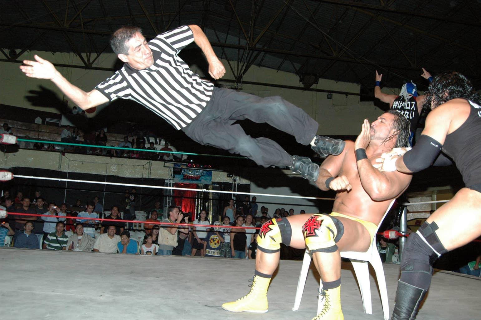 Como réferi rudo, Teddy vs. Héctor Garza