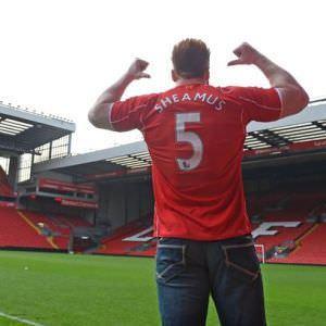 Sheamus visita al Liverpool FC. 11