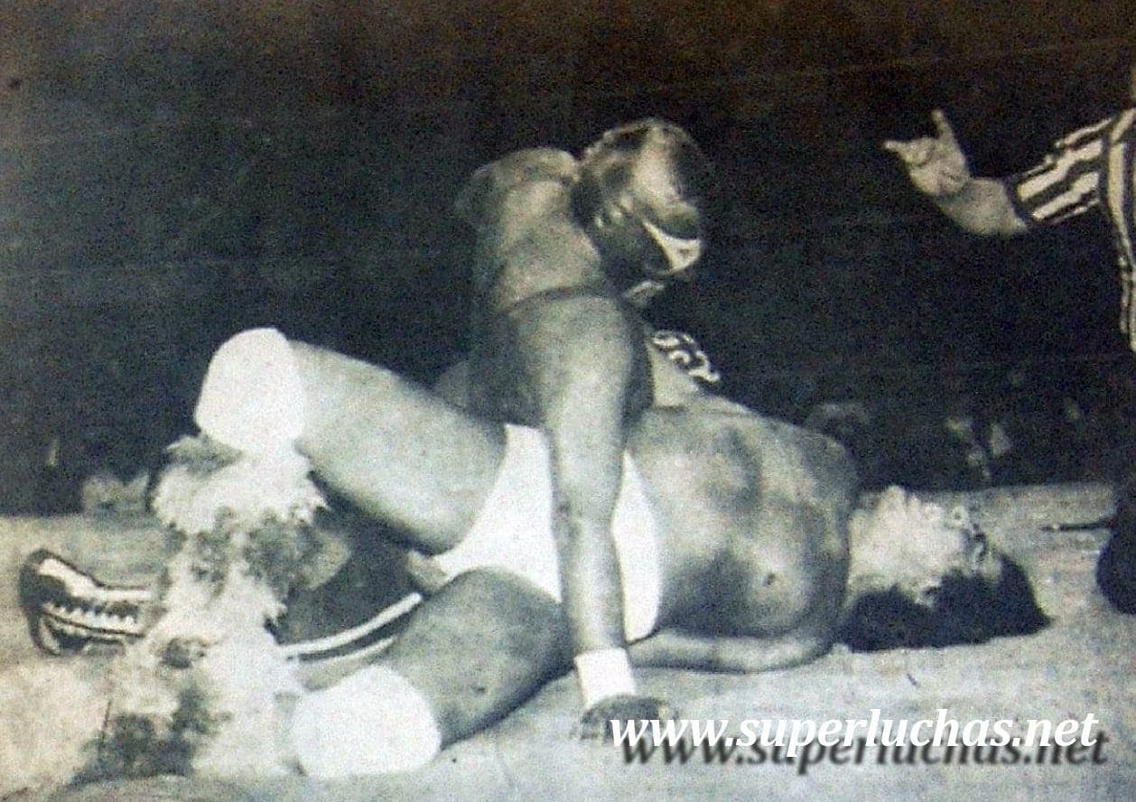 Villano III vs. Perro Aguayo (16 de diciembre de 1984).