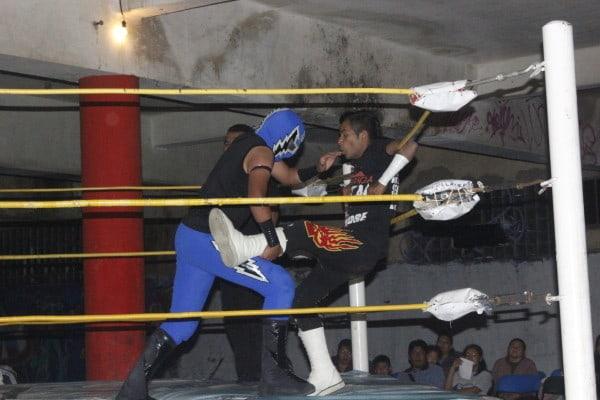 Rey Tornado Jr. impone condiciones ante Mini Peligro.