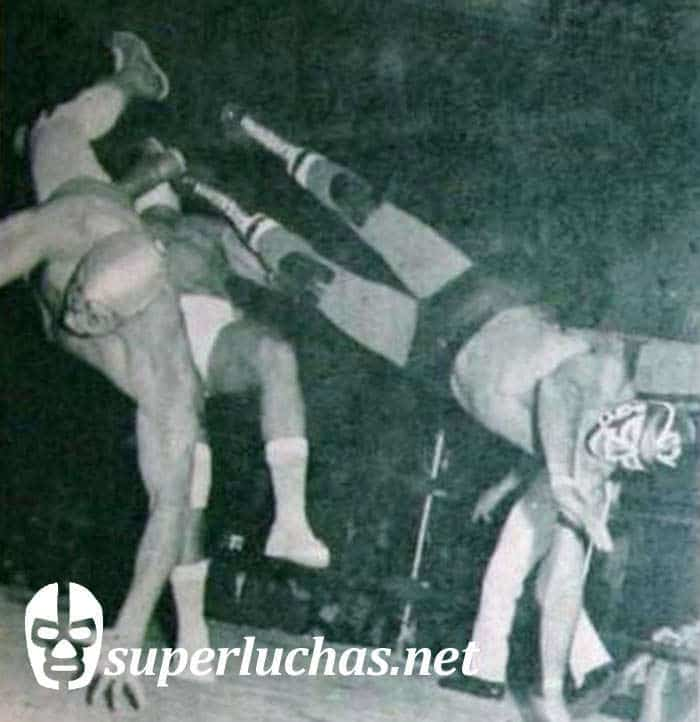 Mil Máscaras y Huracán Ramírez vs. Ángel Blanco