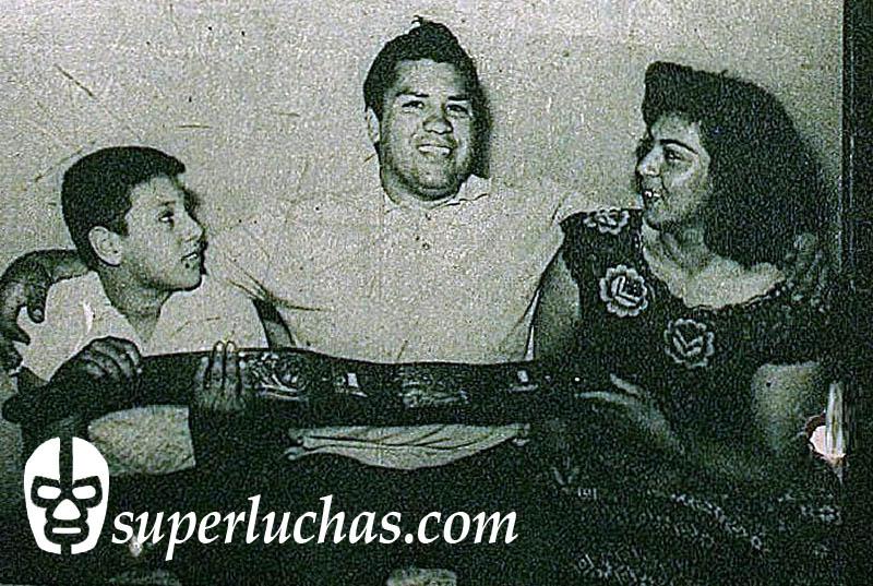 Pepe Mendieta con su esposa Rebeca y su hijo, el futuro Rambo, José Luis Mendieta