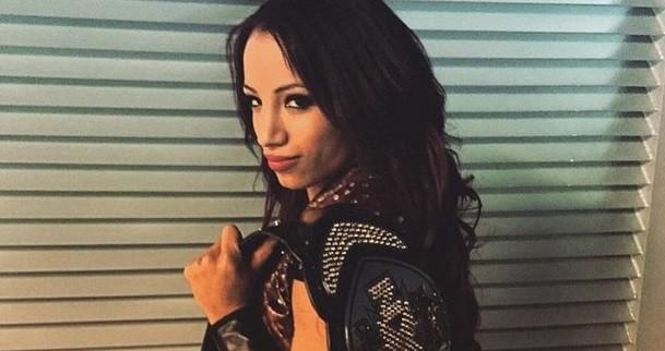 Sasha Banks con el campeonato femenino de NXT - instagram.com/sashabankswwe