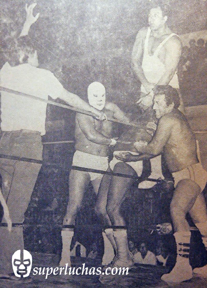 Dr. Wagner, Ángel Blanco y César Valentino vs. Dorrel Dixon