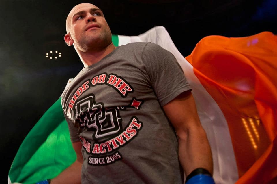 "Cathal Pendred defiende a ""Chicharito"" de Henry 16"