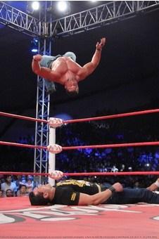 Brian Cage ataca al Patrón Alberto / Foto cortesía de Lucha Libre Triple A