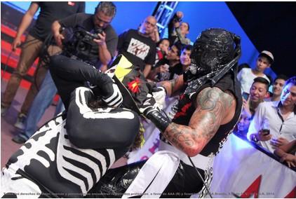Pentagón ataca a La Parka / Foto cortesía de Lucha Libre Triple A