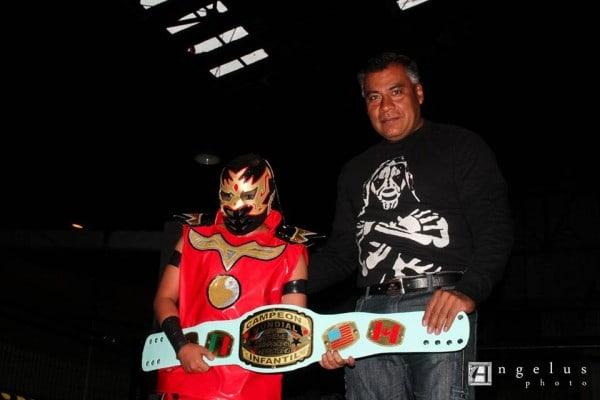 Dragoncito recibiendo el cetro de campeón.
