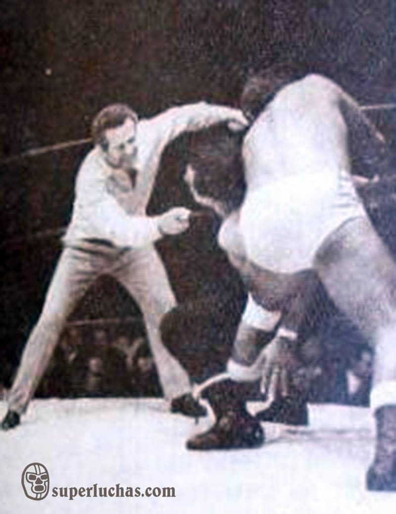 Ray Mendoza vs. Black Shadow. Réferi: Wolf Ruvinskis