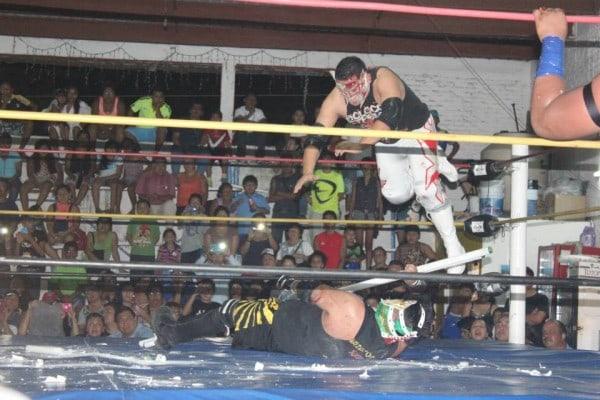 Plancha de Triple X Jr. sobre Violento Jack.