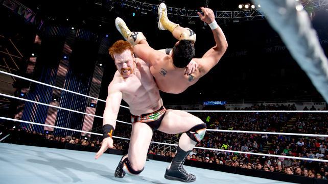 Sheamus aplica The Irish Curse Backbreaker (La Maldición Irlandesa, Quebradora) sobre Alberto del Río / ©WWE