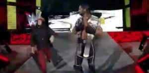 Un aficionado caminó la rampa junto a Seth Rollins — Recordamos a otros fans entrometidos (y cómo les ha ido) 3