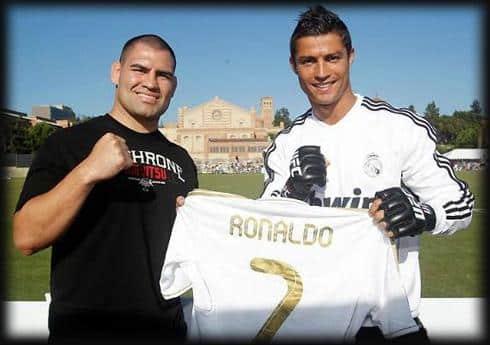 Caín Velásquez en WWE Caín Velásquez (Peleador de MMA en UFC) y el astro del fútbol, Cristiano Ronaldo