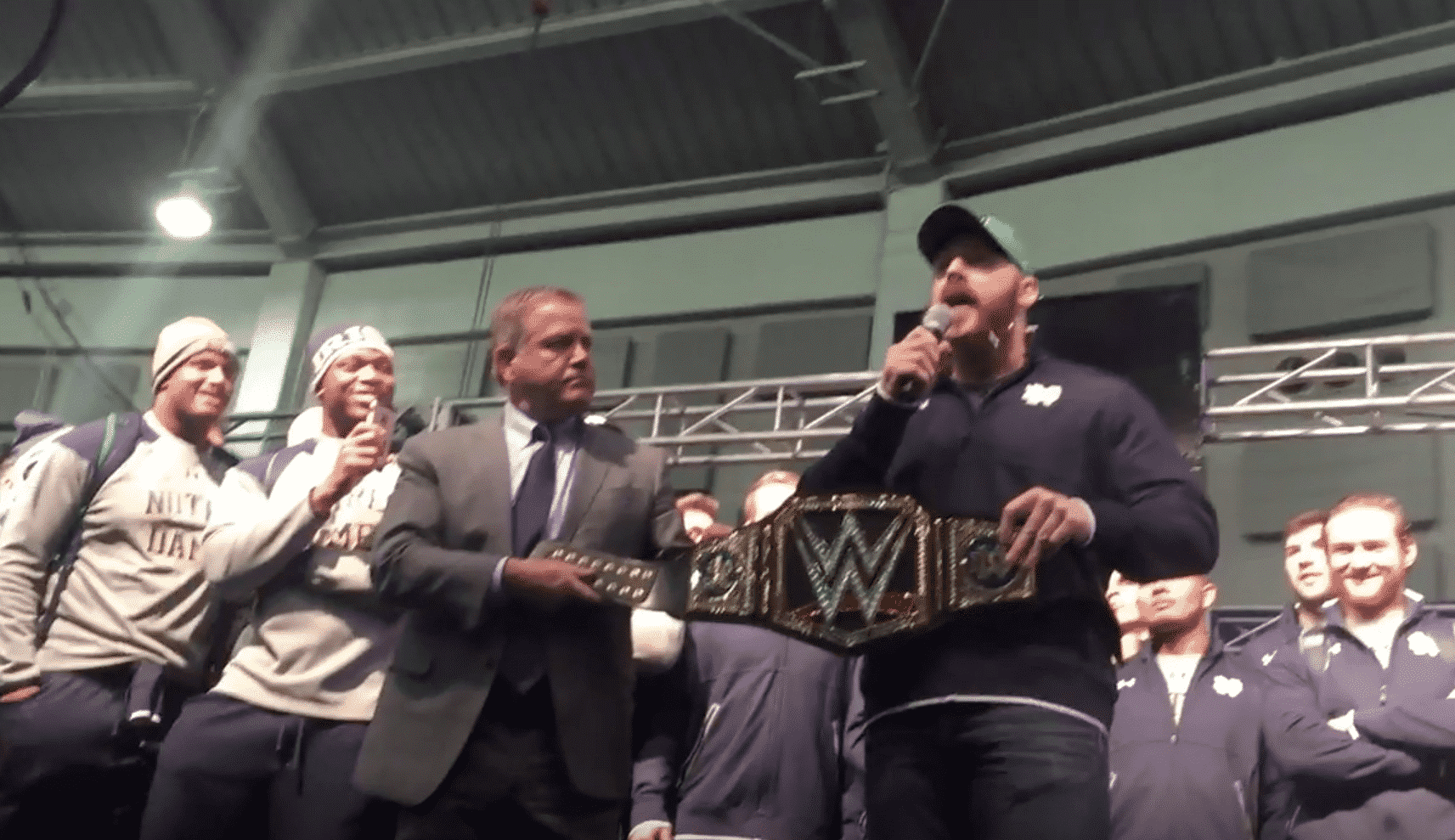 """Sheamus entrega un cinturón WWE a los """"Irlandeses Peleadores"""" de Notre Dame 1"""