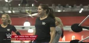 Sarah Stock (Dark Angel) como Entrenadora en WWE NXT (04/11/2015) / WWE Breaking Ground