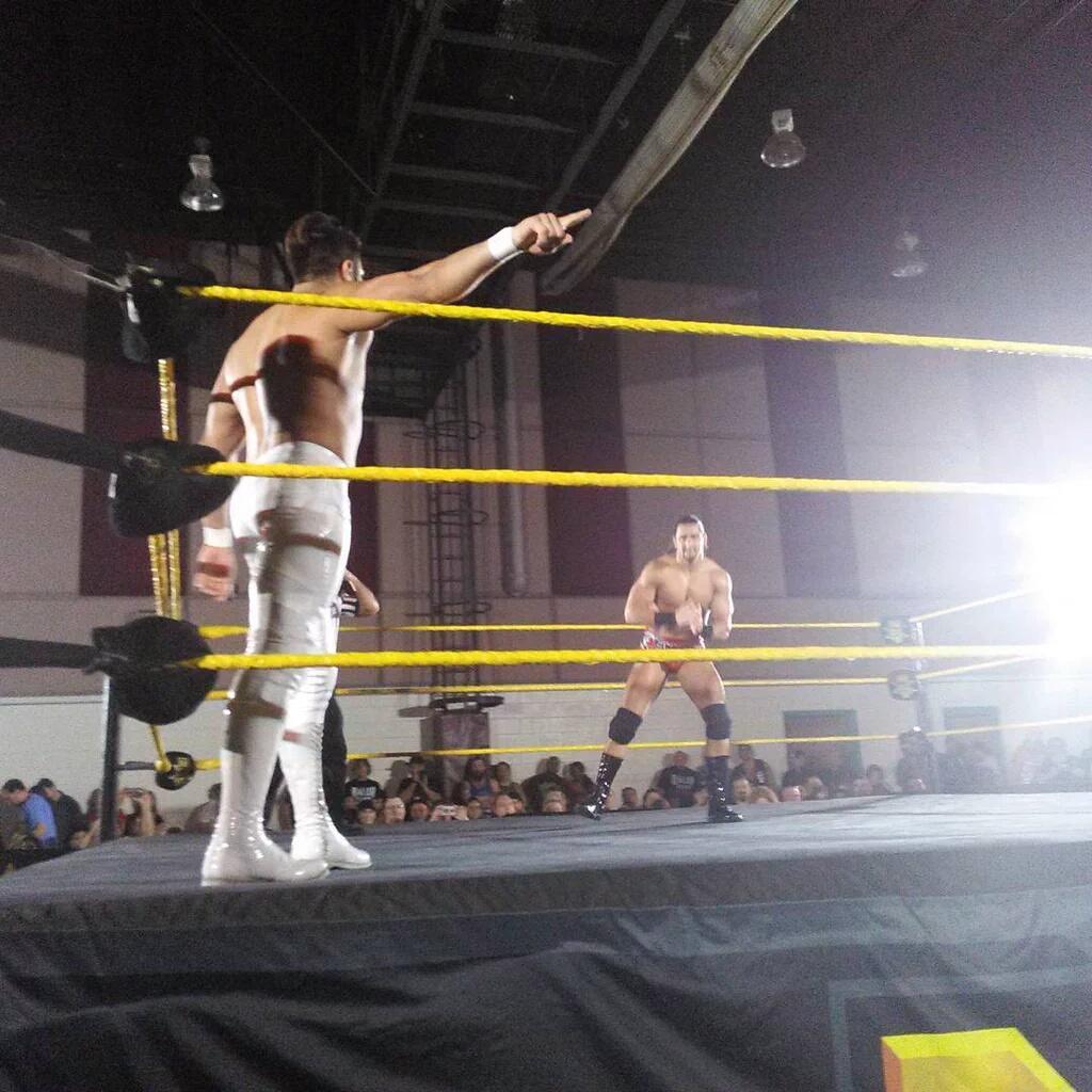 Manny Andrade (La Sombra) debuta en WWE NXT ganando a Riddick Moss (08/01/2016) / Twitter.com/esp_WWE