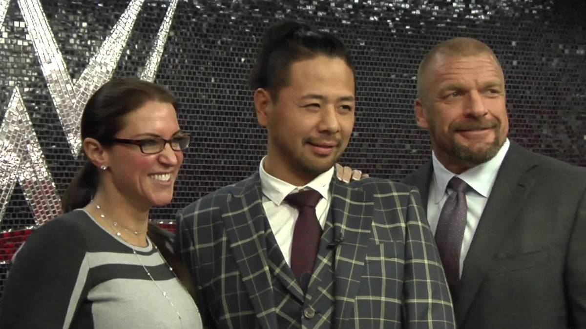 Shinshuke Nakamura es Bienvenido a WWE por Stephanie McMahon y Triple H (02/02/2016) / YouTube.com/WWE