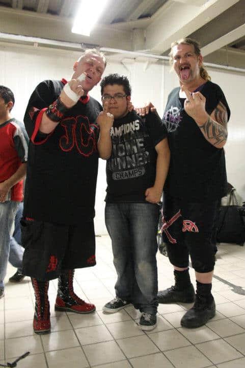 Mad Man Pondo, Alejandro Islas (fotógrafo oficial de IWL) y Balls Mahoney en la época dorada de IWL. Foto Carlos Acosta