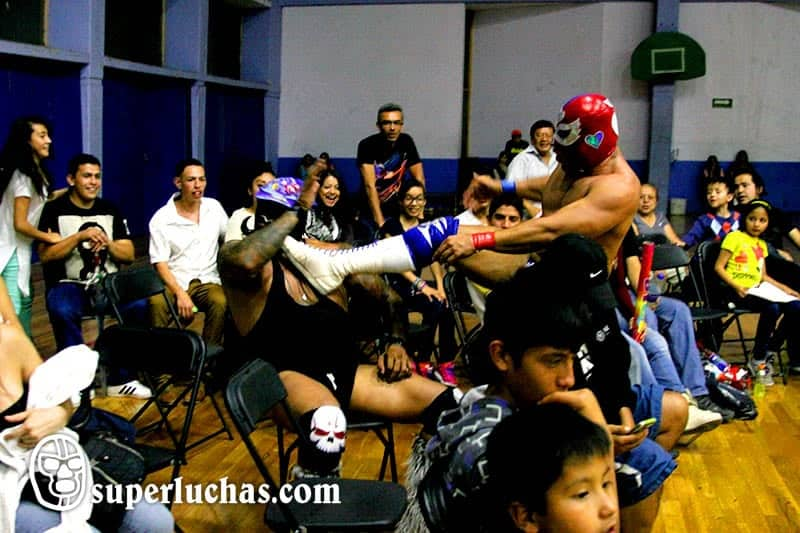 Ángel del Amor intenta domar a patadas al enorme Tyson la Bestia / Foto de Luis Manuel Rivera.