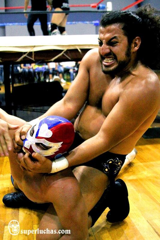 El fiero Herodes Jr. castiga al Ángel del Amor en las inmediaciones del ring / Foto de Luis Manuel Rivera.