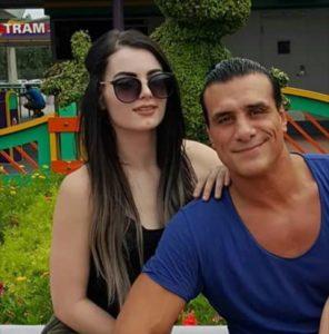 Alberto del Río y su novia Paige en el Reino Mágico de Disney (12/05/2016) / PWPix.net
