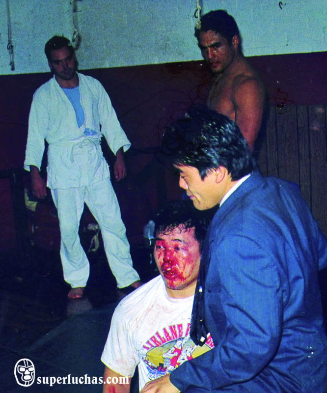 Rickson Gracie watches Yoji Anjo.