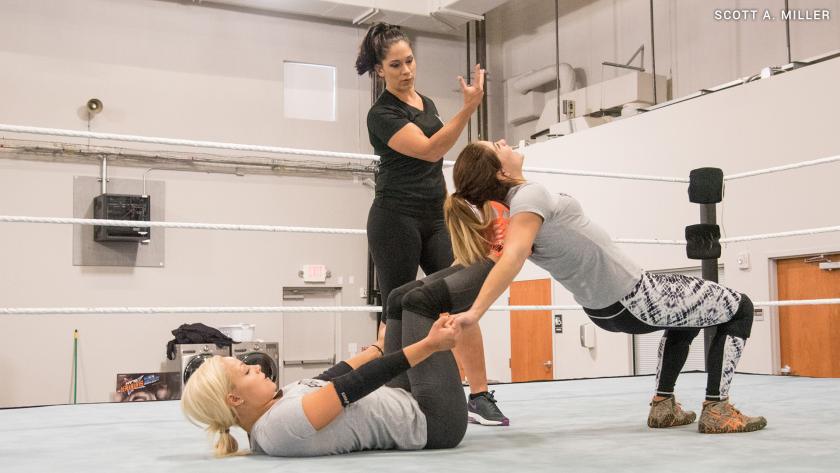 Dark Angel compartiendo sus conocimientos. Foto WWE.com