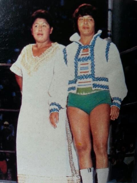 Nuestra primera Campeona Mundial, Estela Molina, en verde, junto a Chabela Romero (QEPD)