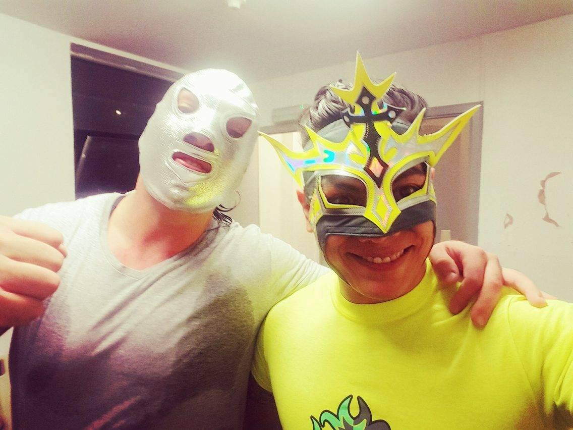 Santo Jr y Juventud Guerrera de gira por Inglaterra (junio de 2016) / Twitter.com/JUVENTUDGUERRE2