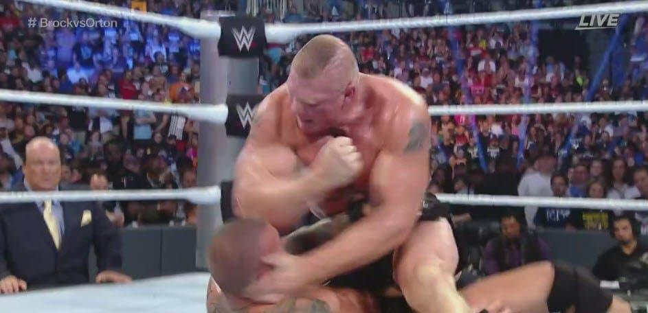 Brock Lesnar rompe la frente de Randy Orton con un codo en WWE SummerSlam 2016 (21/08/2016) / Twitter.com/WorldofIsaac