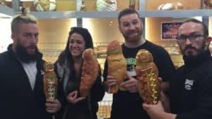 """Enzo Amore, Bailey, Sami Zayn y eville con """"el pan más real de Ecuador"""" (Guaguas de Pan) / Twitter.com/WWE"""