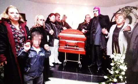 Las hermanas Moreno, Chucky, Martha Villalobos, El Brazo, Manny Guzmán, El Fantasma y La Hechicera en el funeral de Antonio Peña / Tempei Kitani-Súper Luchas