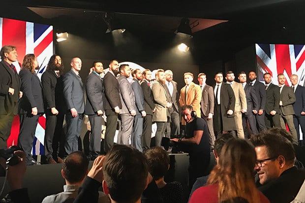 Participantes del torneo por el Campeonato de Reino Unido WWE, posando junto a Triple H y William Regal- Daily Star