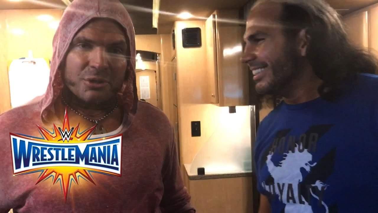 Tus promos favoritas.  Jeff-Hardy-y-Matt-Hardy-emocionados-de-su-regreso-a-casa-con-WWE-antes-de-WWE-WrestleMania-33-02.04.2017-WWE