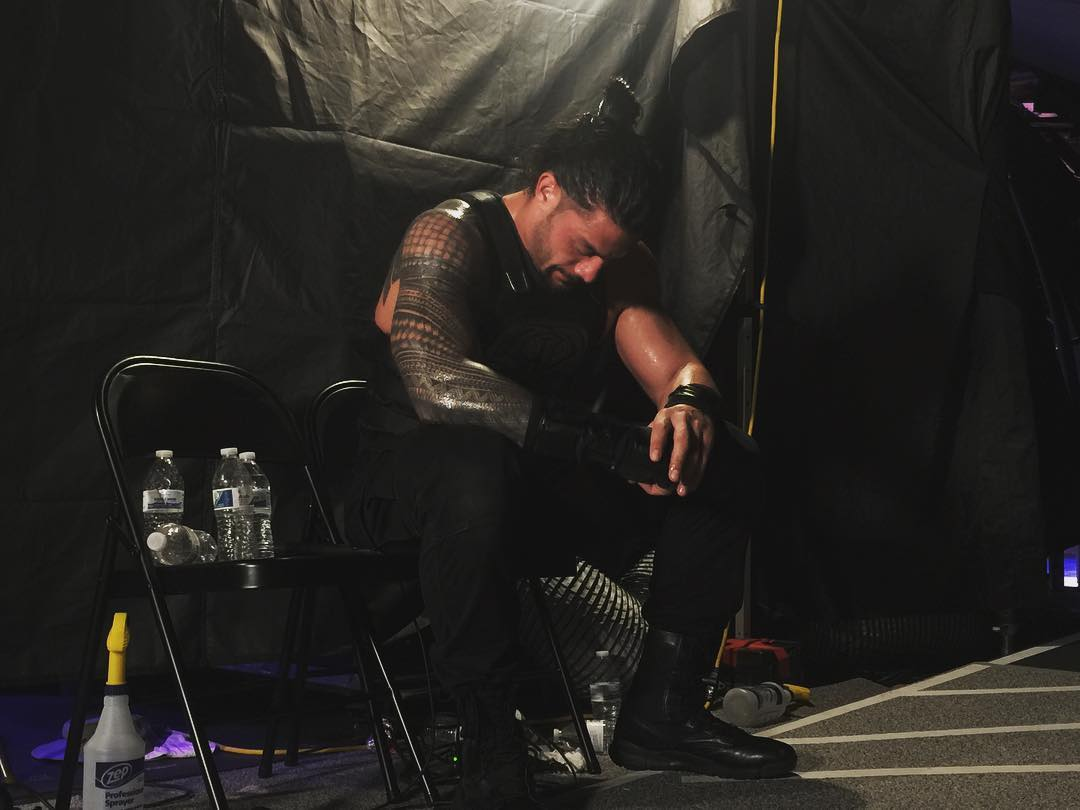Roman Reigns llora en Backstage tras vencer y RETIRAR a The Undertaker en WWE WrestleMania 33 (03/04/2017) / Instagram.com/WWE Roman Reigns dolido con Undertaker