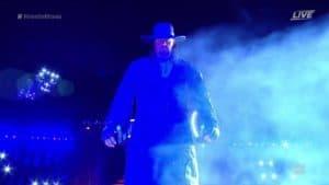 The Undertaker (Mark William Calaway) hace su última entrada al ring antes de retirarse al caer derrotado ante Roman Reigns en WWE WrestleMania 33 (02/04/2017) / Twitter.com/WWE