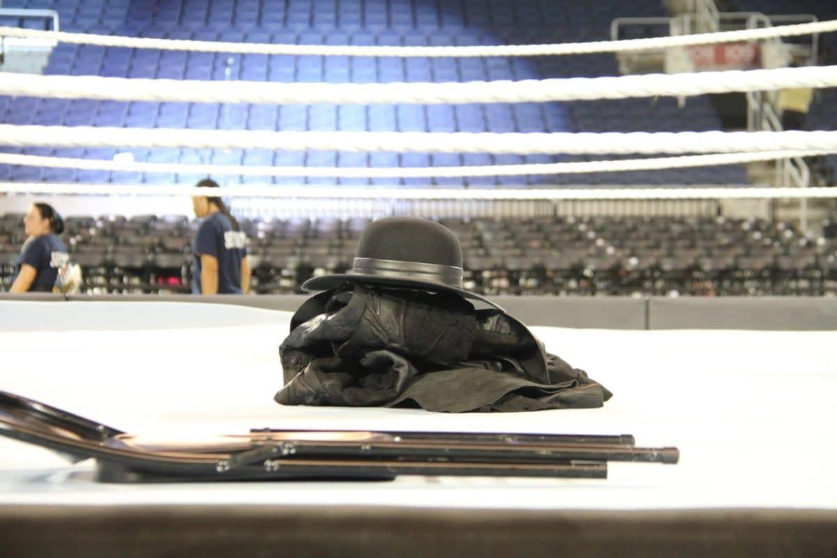 Tras su retiro en WrestleMania 33, los guantes, el saco y el sombrero de The Undertaker permanecieron sin ser tocados en el ring de WWE (02.04.2017) / Twitter.com/SteveTSN