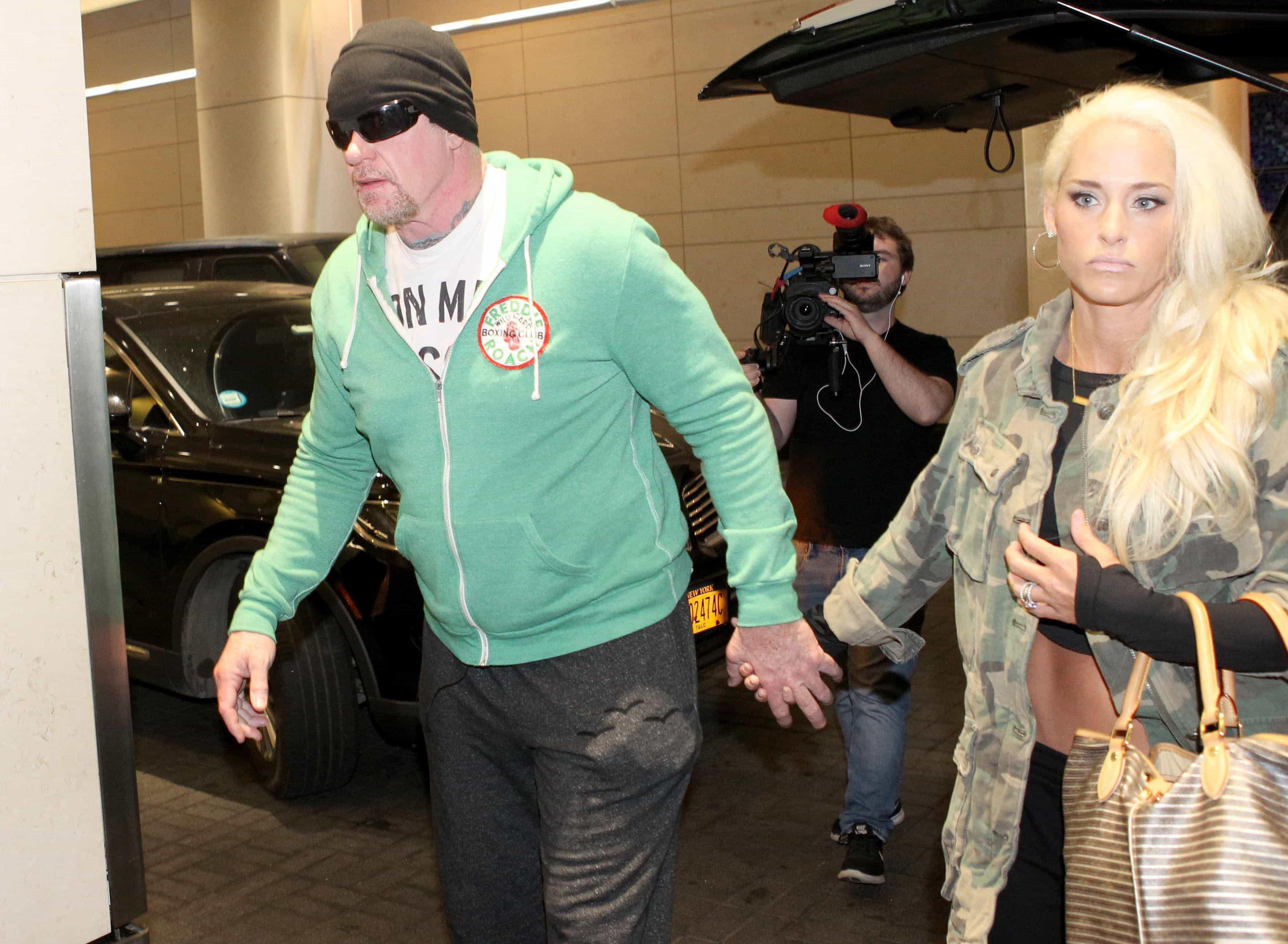 The Undertaker ingresa al David H Koch Pavilion Hospital for Special Surgery de Manhattan, New York para una cirugía de reemplazo de cadera junto a su esposa Michelle McCool (03/05/2017) / TheSun.co.uk The Undertaker y los tigres