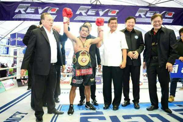 Niyomtrong retiene cinturón paja de la Asociación Mundial de Boxeo 1