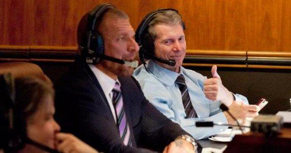 Triple H y Vince McMahon supervisando un show de WWE desde la Gorilla Position.