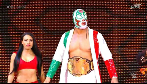 El Campeón NXT, Andrade Cien Almas, entra con máscara de La Sombra junto a Zelina Vega en WWE NXT TakeOver Philadlephia (27/01/2018) / WWE©