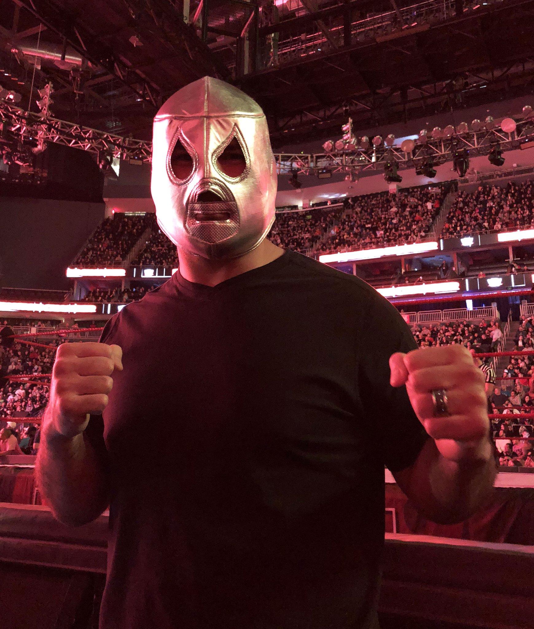 Caín Velásquez con una máscara de El Santo en el PPV WWE Elimination Chamber 2018 (25/02/2018) / Twitter.com/cainmma