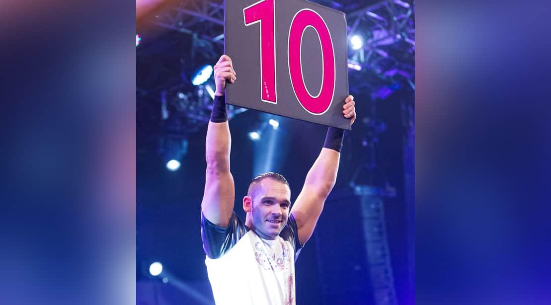 """Tye Dillinger sostiene un cartel con el número 10 que lo identifica como """"El Diez Perfecto"""" / WWE©"""