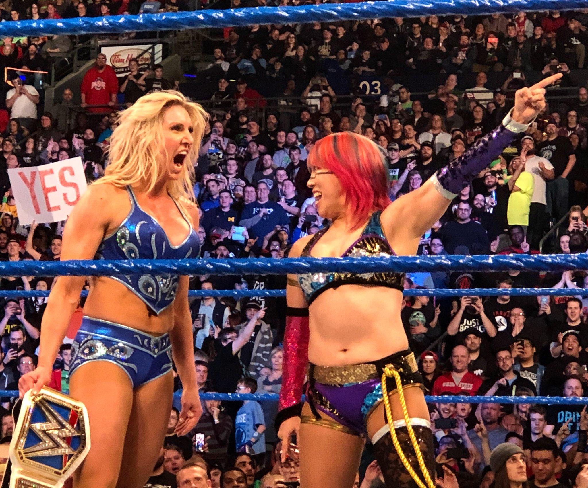 Asuka reta a la Campeona Femenil SmackDown, Charlotte Flair, a una lucha en WrestleMania 34 (11/03/2018) / WWE©