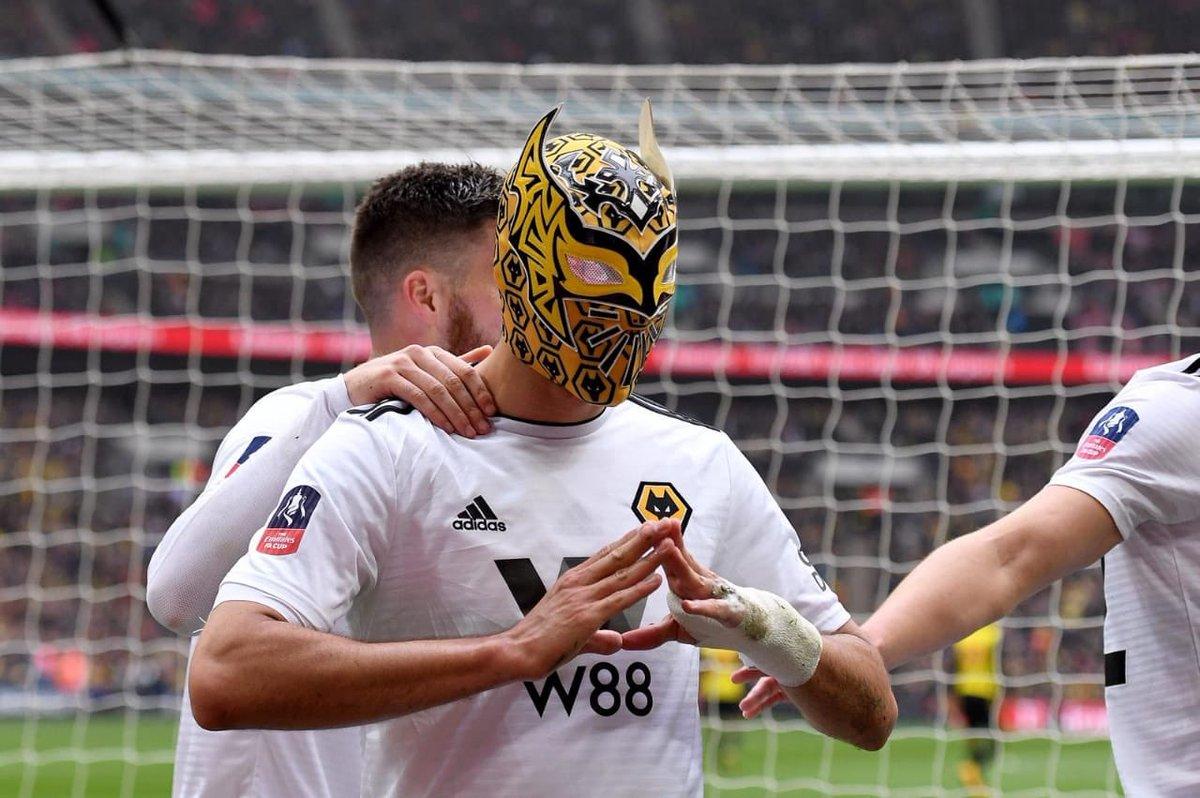 Raúl Jiménez celebra gol en la Liga Premier con máscara de Sin Cara 2